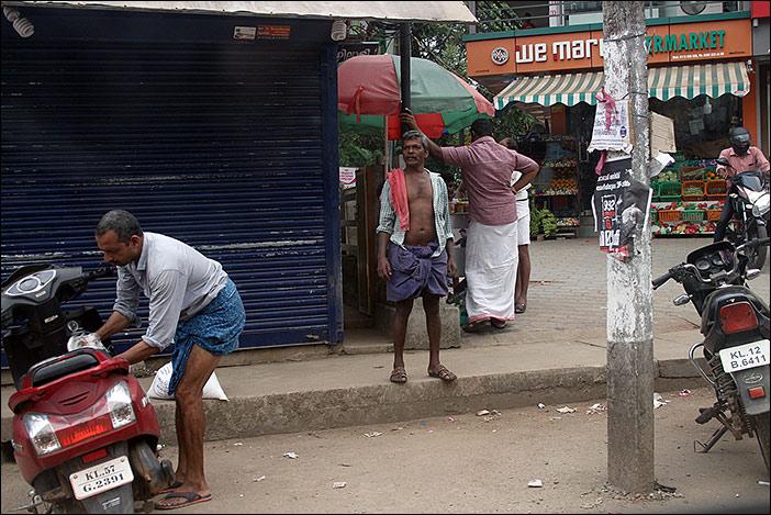 Männer am Straßenrand
