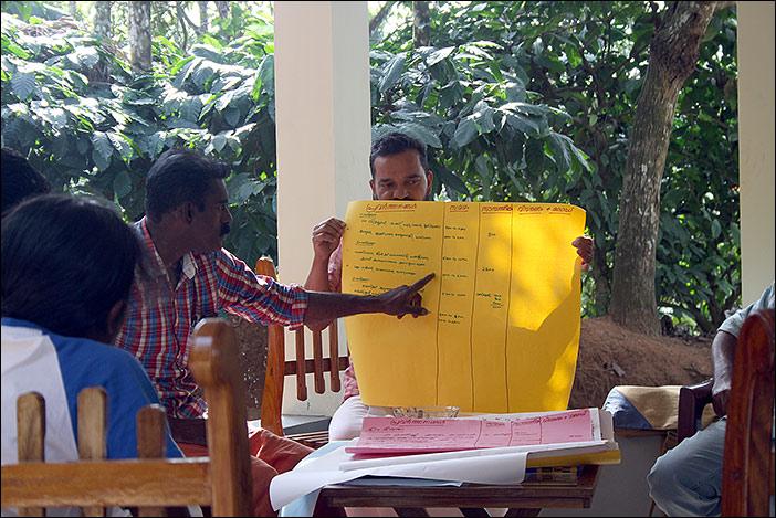 Eine Gruppe erläutert das Ergebnis ihrer Gruppenarbeit