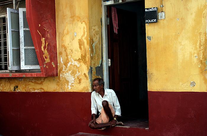 Mann auf Türschwelle in Kochi