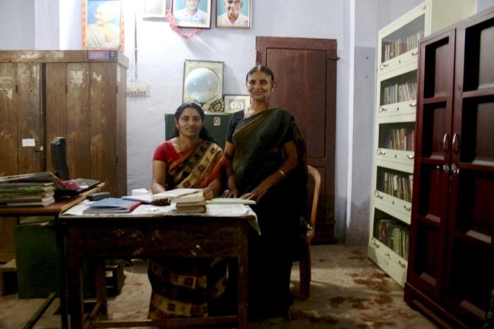 Mothakkara: Radhamani mit Bibliothekarin Usha Kumari