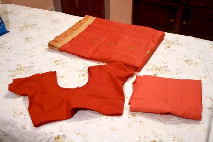 Ein Sari besteht aus 3 Teilen: Blus, Unterrock, Stoffteil