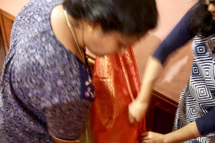 Zwei Frauen können den Sari leichter drapieren als eine alleine
