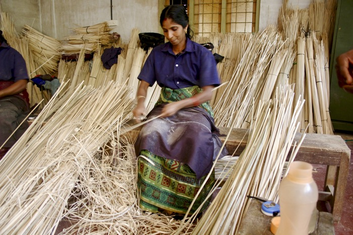 Thrikkaipetta: Frau raspelt Bambus bei Uravu