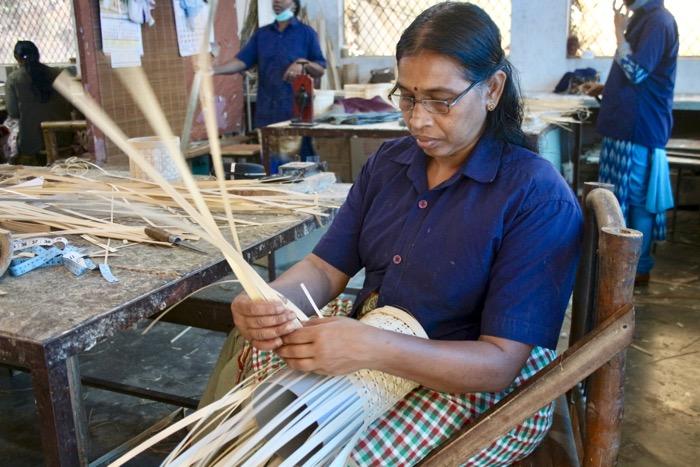 Thrikkaipetta: Frau flechtet Lampenschirm aus Bambus