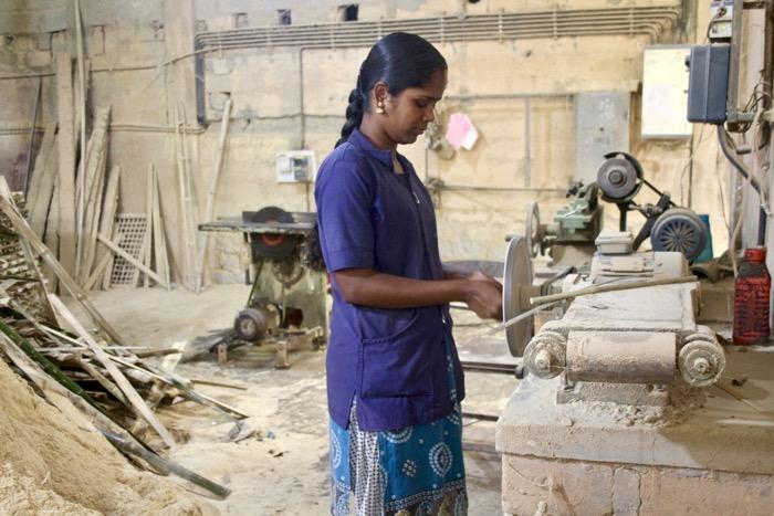 Thrikkaipetta: Frau an Bambusschleifmaschine
