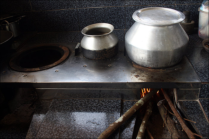 Thekkumthara: Herd mit Holzfeuer