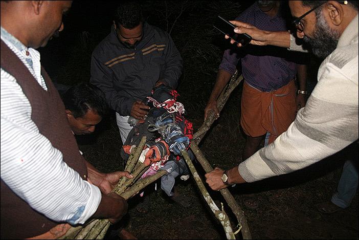 Thekkumthara: Fackeln werden mit Kerosin übergossen