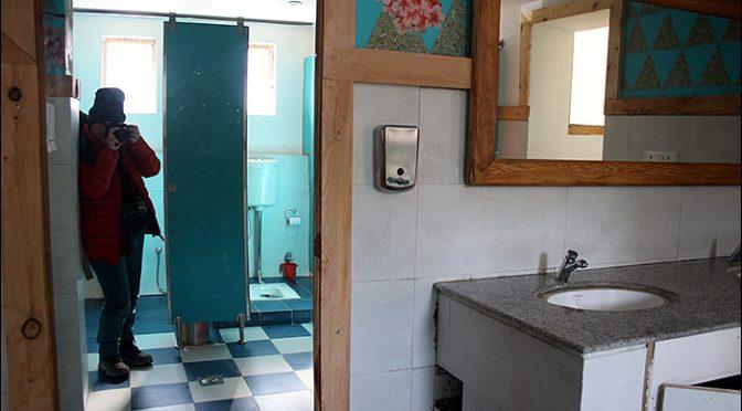 Hockklos auf öffentlicher Toilette in Leh
