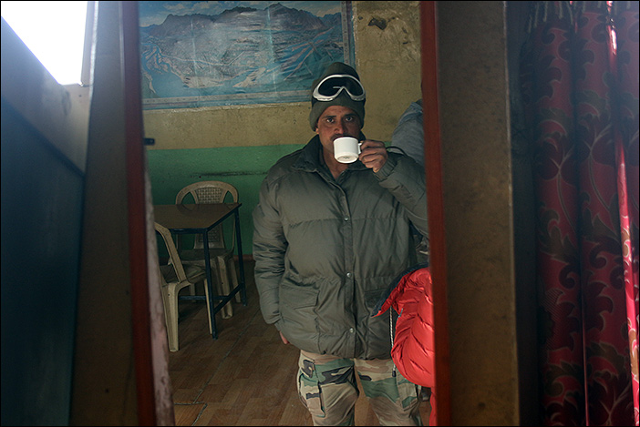 Soldat mit Kaffee in Chumathang