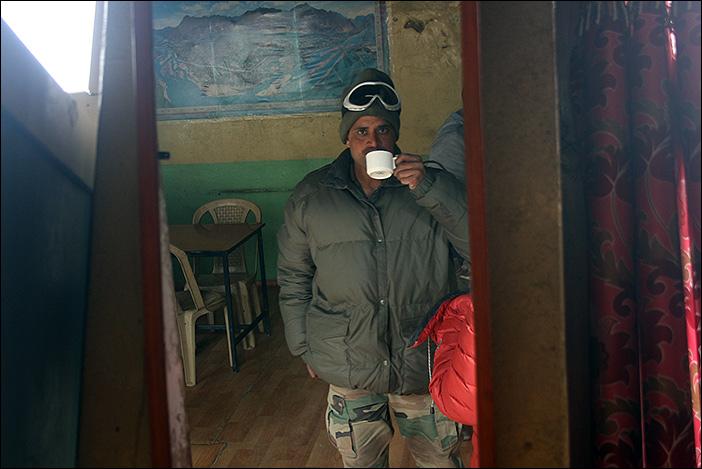 Soldat mit Kaffee in Chumathang