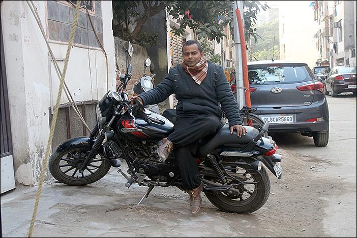 Mann auf Motorrad in Dwarka