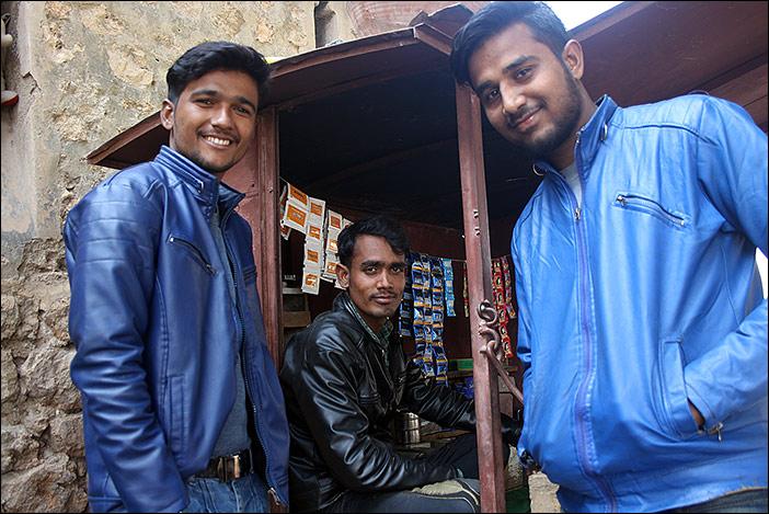 Kunden und Teeverkäufer in Bikaner