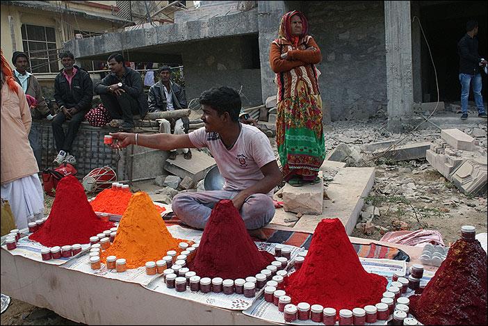 Farbpulververkäufer auf Baneshwar Fair