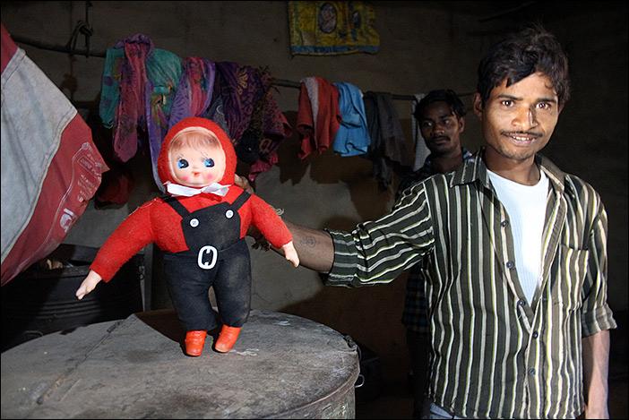 Spielpuppe einer Meena-Familie
