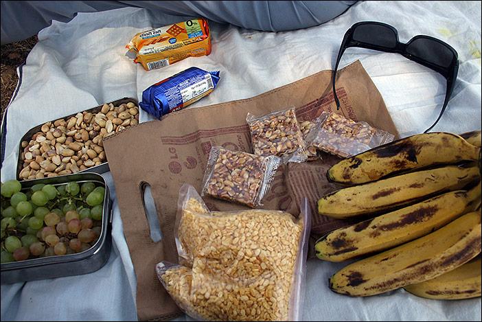 Snack bei Wanderung in Südrajasthan