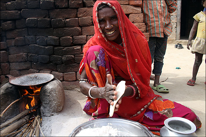 Frau backt Chapati in Samal