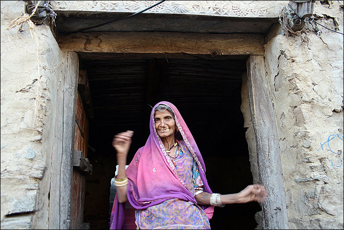 Frau bei Dorfspaziergang