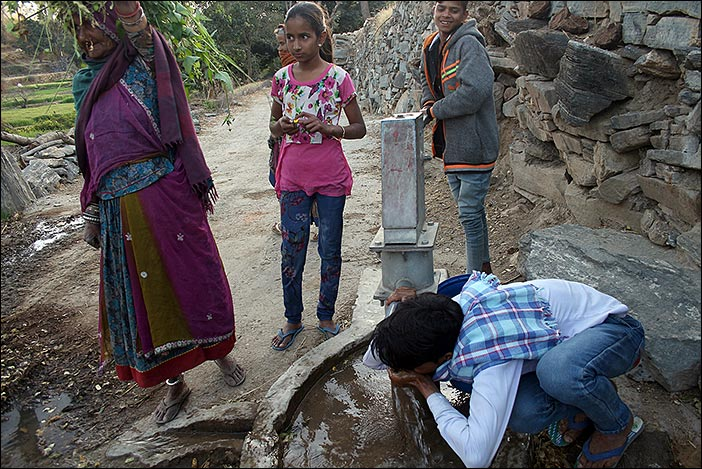 Wasserpumpe bei Dorfspaziergang