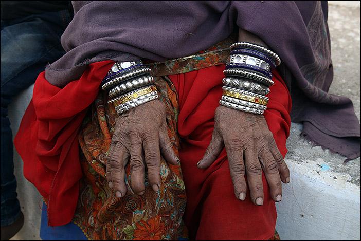 Hände mit Armreifen