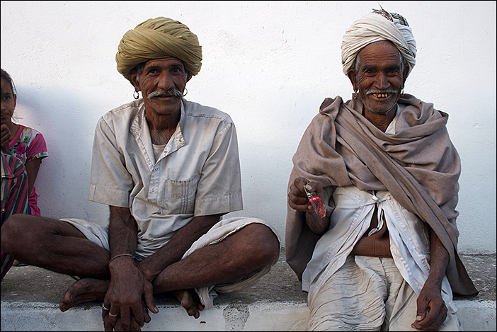 Männer bei Dorfspaziergang