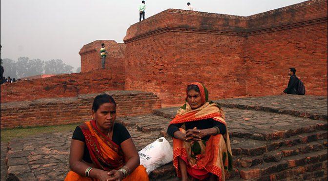 Frauen in den Ruinen der Nalanda Universität